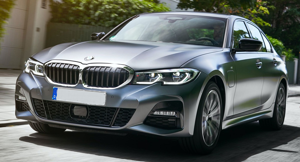 2021 BMW 330e front