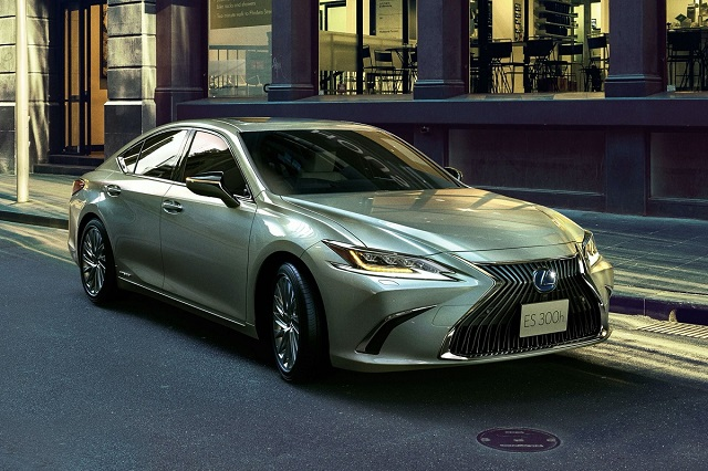 2021 Lexus ES 300h front