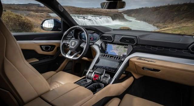 2022 Lamborghini Urus interior